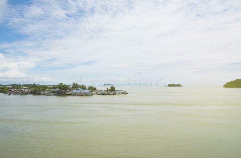 Isola dell'acqua Il cielo blu del mare/oceano e delle nuvole sottrae il fondo in Tailandia immagini stock