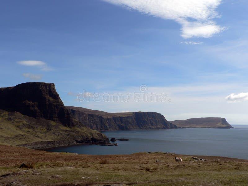 Isola delle scogliere del mare di Skye fotografia stock libera da diritti
