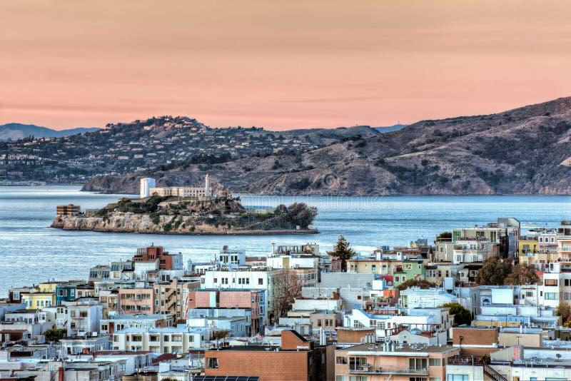 Isola di Alcatraz a San Francisco Bay al tramonto fotografie stock