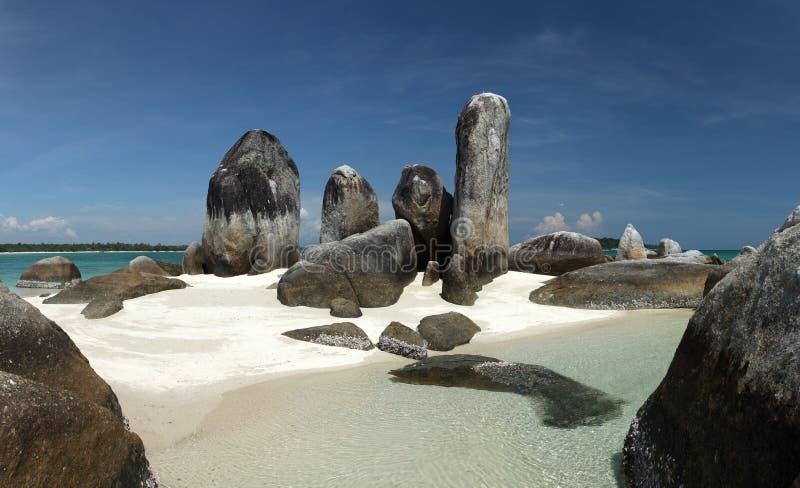 Isola di Batu Berlayar con formazione rocciosa naturale fotografia stock