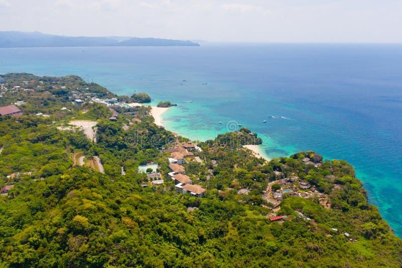 Isola di Boracay, vista da sopra Vista sul mare con l'isola verde fotografia stock libera da diritti
