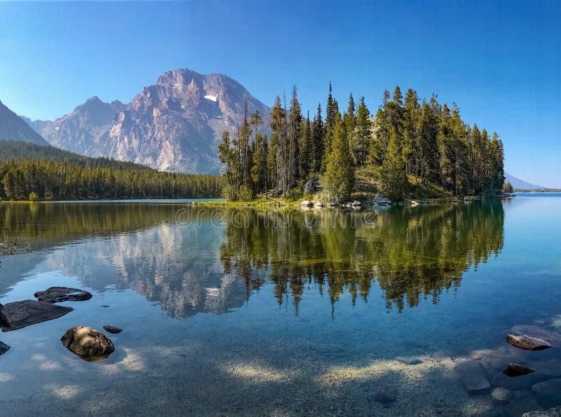 Isola di Boulder in Leigh Lake, grande parco nazionale di Teton, WY, U.S.A. immagini stock