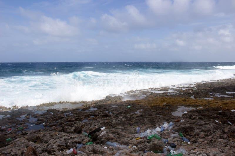 Isola di caimano di plastica del litorale fotografia stock libera da diritti