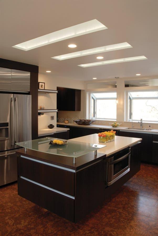 Isola di cucina con i lucernari immagini stock