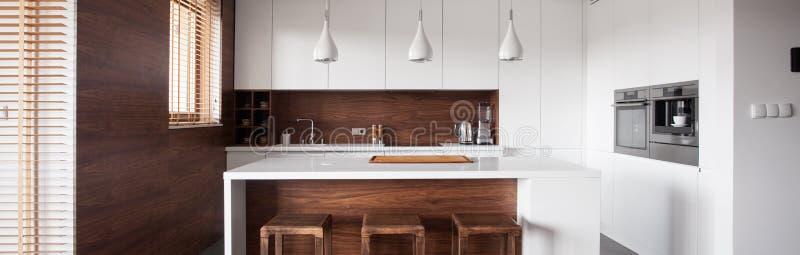 Isola di cucina in cucina di legno immagini stock