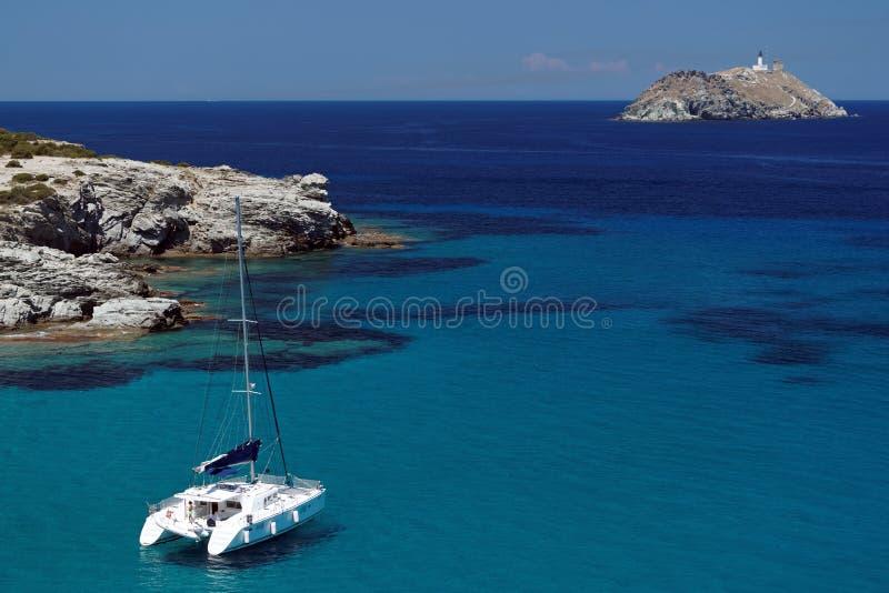 Isola di giraglia e del catamarano fotografia stock libera da diritti