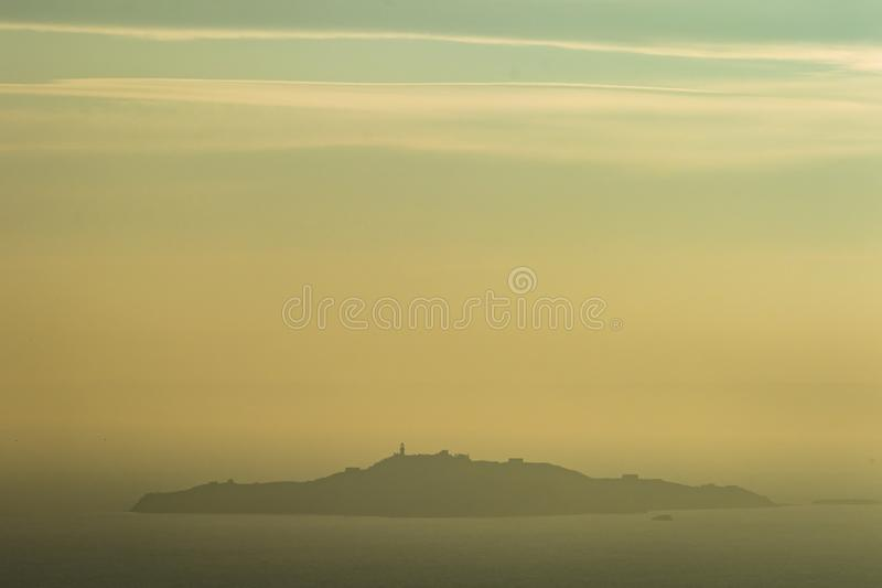 Isola di Inchkeith nell'estuario di avanti un giorno nebbioso fotografia stock