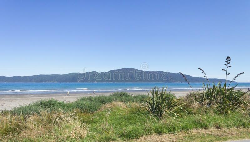 Isola di Kapiti dalla spiaggia di Paraparaumu sulla costa del ` s Kapiti di Wellington della Nuova Zelanda immagine stock libera da diritti