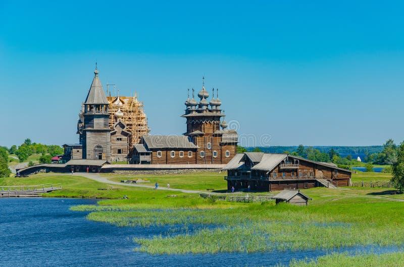 Isola di Kizhi, Carelia, Russia La vista dall'acqua di un insieme architettonico antico unico di gente di legno tradizionali fotografie stock libere da diritti