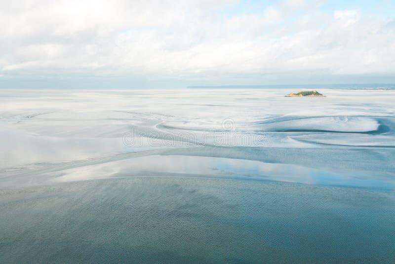 Isola di marea di Tombelaine e del mare immagine stock libera da diritti