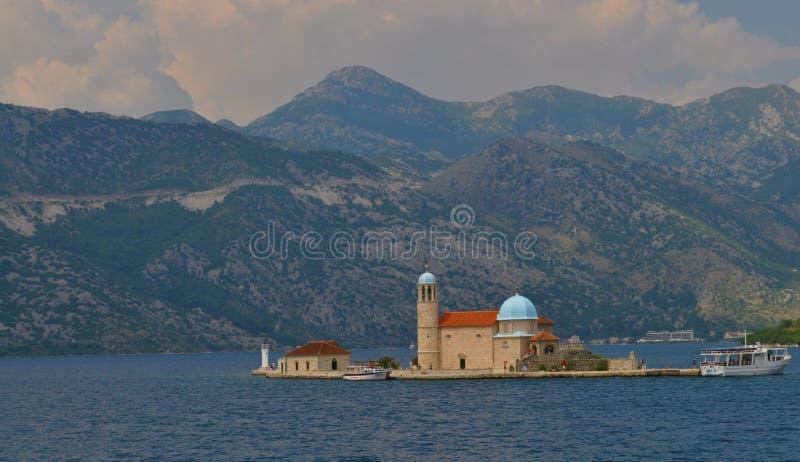 Isola di Ostrvo e una barca che visita la nostra signora delle rocce fotografia stock libera da diritti