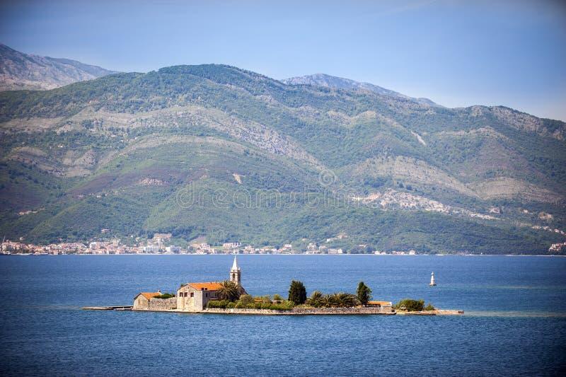 Isola di Otok (Gospa od Milosti) con il monastero della gesuita e la chiesa del vergine benedetto, baia di Teodo, Montenegro immagine stock