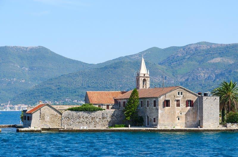 Isola di Otok (Milo) di Gospa od, baia di Teodo, Montenegro immagini stock libere da diritti