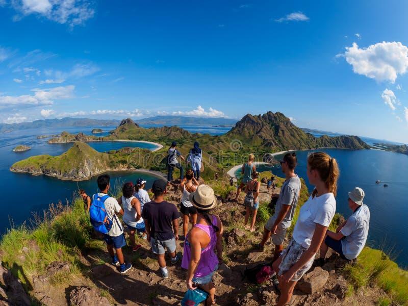 Isola di Padar, Indonesia - 3 aprile 2018: Il gruppo di turisti prende la foto alla vista famosa sull'isola di Padar immagine stock libera da diritti