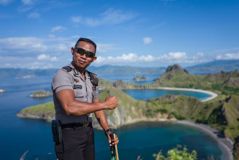 Isola di Padar, Indonesia - 3 aprile 2018: La polizia dell'acqua equipaggia le pose per la macchina fotografica fotografie stock