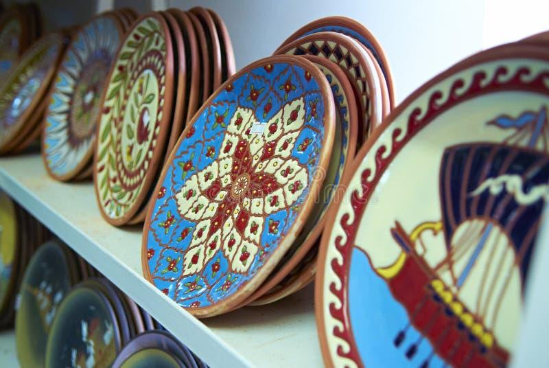 ISOLA DI RODI, GRECIA, IL 22 GIUGNO 2013: La vista sulle placche greche tradizionali classiche dipinte fatte a mano placca i piat fotografia stock libera da diritti