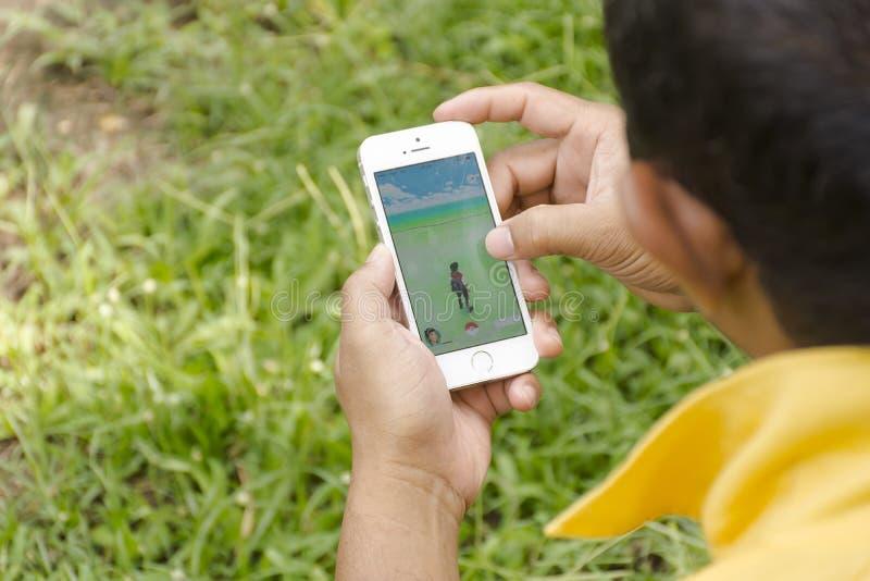 Isola di Samui, Tailandia - 8,2016 augusti Apple equipaggiano con iPhone5s tenuto in una mano che mostra che il suo schermo con P fotografia stock