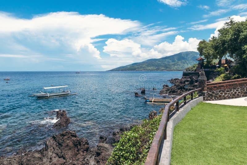 Isola di sogno Spiaggia tropicale selvaggia con le rocce ed il cielo blu di contrasto Isola di Bali immagini stock libere da diritti