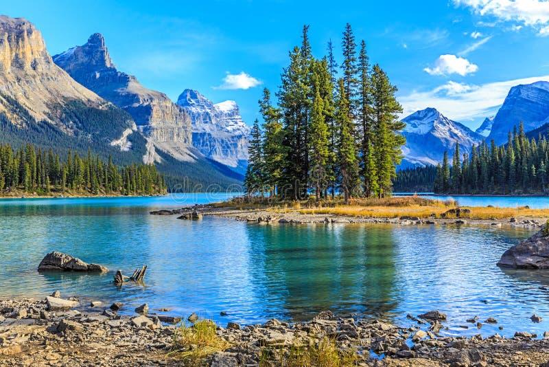 Isola di spirito nel lago Maligne, Alberta, Canada fotografie stock