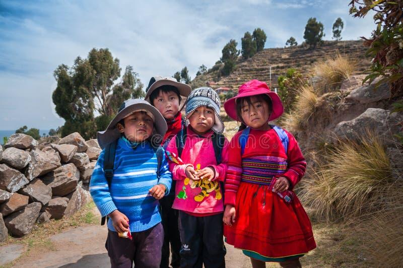 ISOLA DI TAQUILE, PUNO, PERÙ - 13 OTTOBRE 2016: Quattro bambini peruviani immagini stock