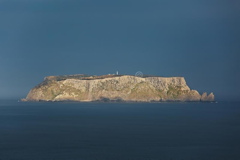 Isola di Tasman nella distanza immagini stock