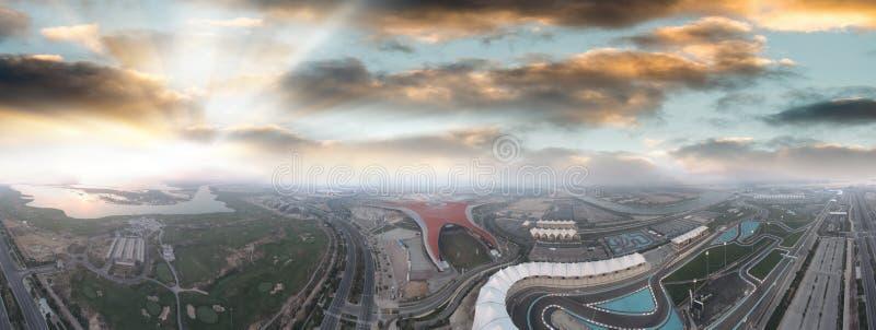 Isola di Yas, Abu Dhabi Vista aerea panoramica dei punti di riferimento principali a fotografie stock libere da diritti