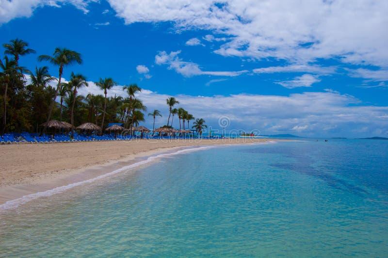 Isola a distanza in mare carribean fotografia stock libera da diritti