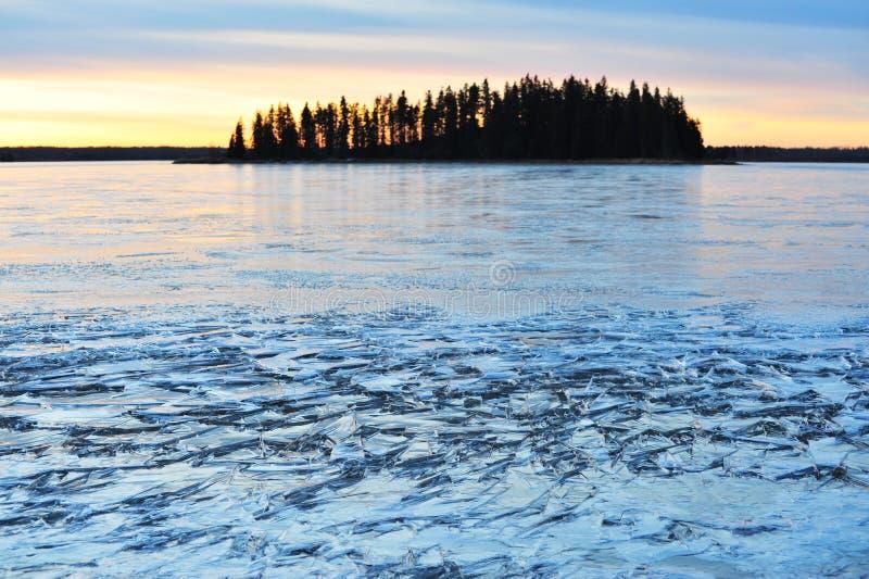 Isola e lago del ghiaccio fotografia stock immagine di for Cabine di pesca nel ghiaccio alberta