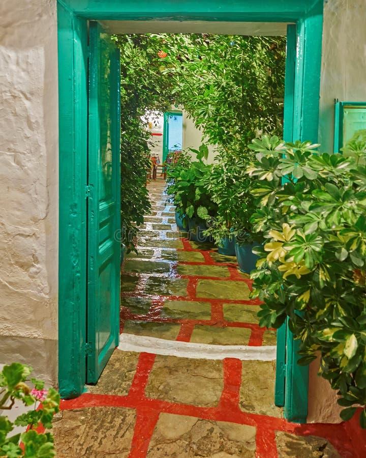 Isola greca, scena tradizionale di notte dell'entrata del ristorante fotografia stock libera da diritti