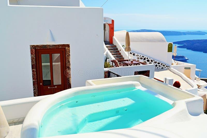 Isola Grecia di Santorini di vista dello stagno della vasca calda della villa dell'albergo di lusso fotografia stock