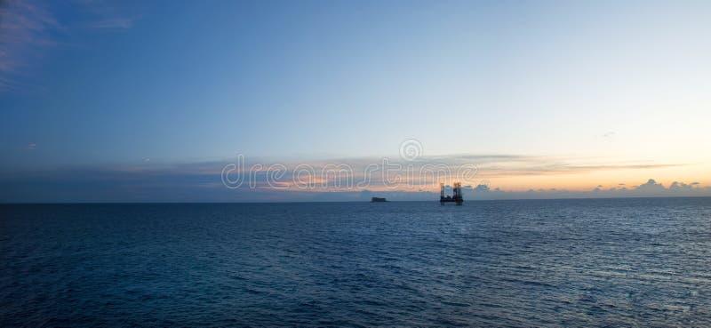 Isola in mare aperto dell'impianto offshore e piccola ancorata fotografia stock libera da diritti