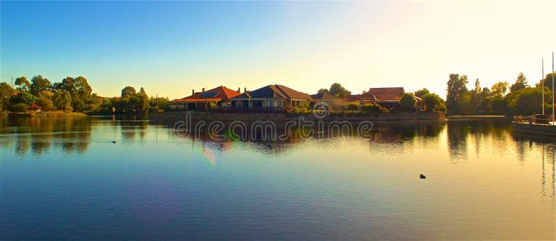 Isola in mezzo ad un lago fotografia stock libera da diritti