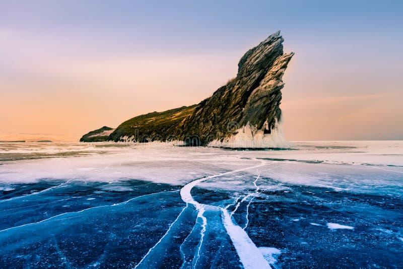 Isola nella stagione invernale congelata il lago Baikal durante l'alba, Russia di Ogoy fotografie stock libere da diritti