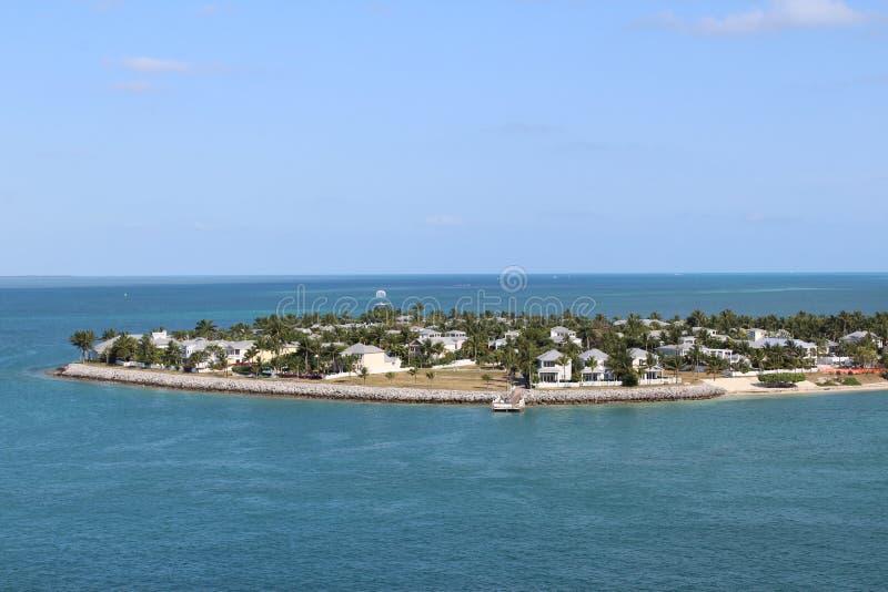 Isola oceanica con i paesaggi e gli abitanti fotografie stock