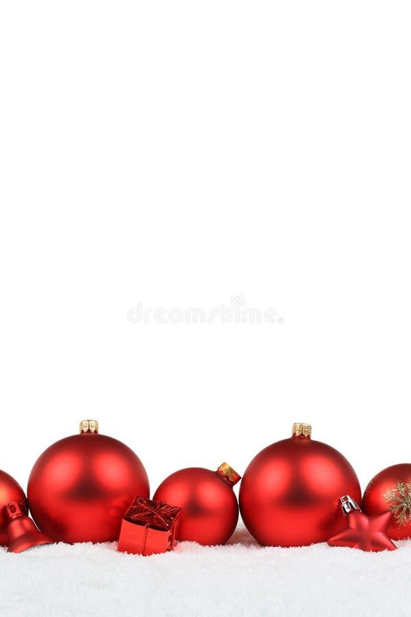 Isola rosso di inverno della neve di formato di ritratto della decorazione delle palle di Natale fotografie stock