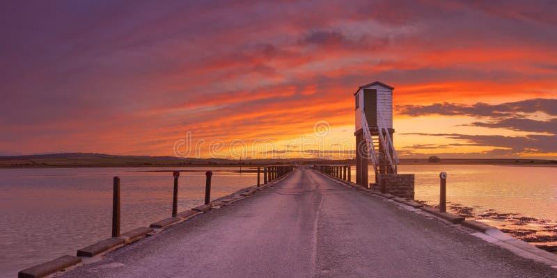 Isola santa di Lindisfarne, strada soprelevata dell'Inghilterra e capanna del rifugio immagine stock libera da diritti