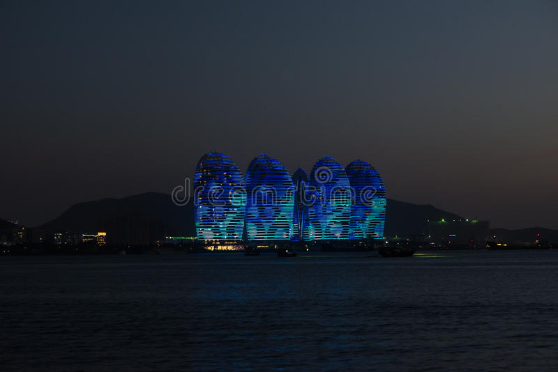 Isola Sanya, costruzioni illuminate di Pheonix Progettazione moderna unica fotografia stock