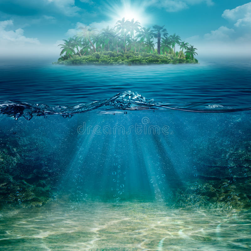 Isola sola nell'oceano fotografia stock
