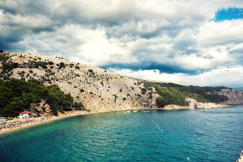Isola sull'oceano o sul mare Destinazione tropicale Abbellisca la carta da parati con la spiaggia esotica, il cielo nuvoloso dram fotografia stock
