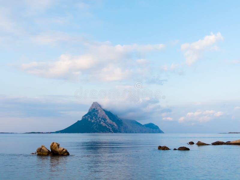 Isola Tavolara sur la Côte Est du nord de la Sardaigne photo libre de droits