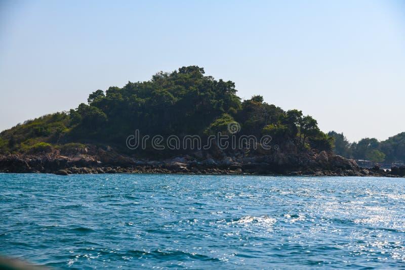 Isola verde di giorno di lan di ko del mare dell'oceano dell'acqua blu delle montagne dell'isola fotografia stock libera da diritti