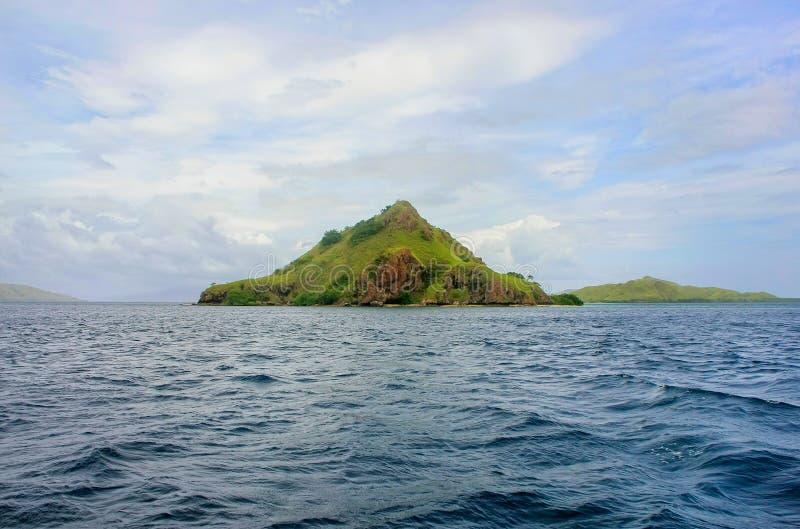Isola vulcanica nel parco di Komodo Naional, mare del Flores, Nusa Tenggar fotografia stock