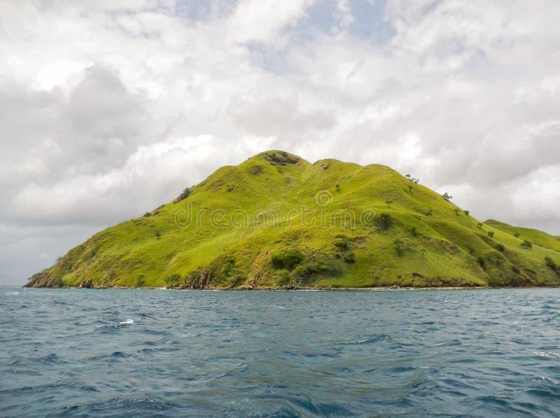 Isola vulcanica nel parco di Komodo Naional, mare del Flores, Nusa Tenggar immagine stock