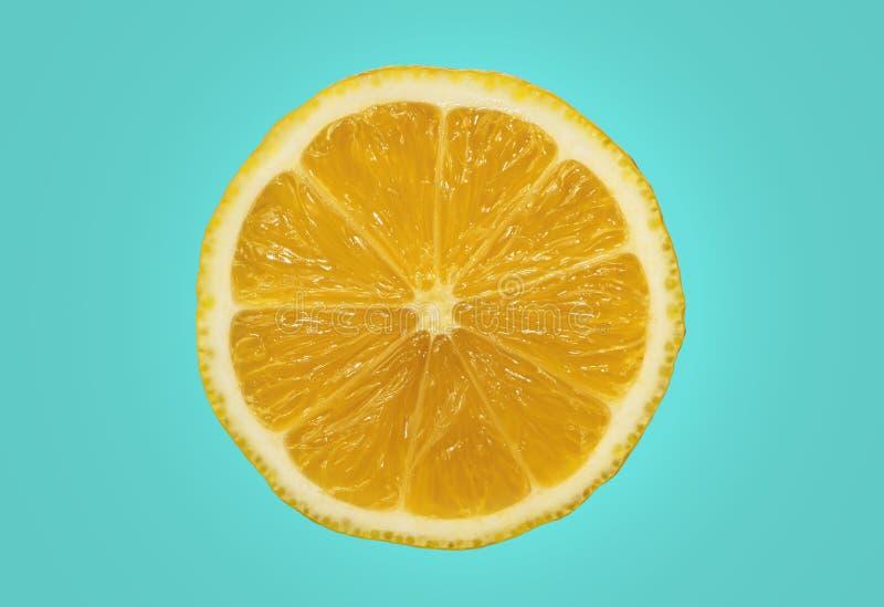 Isolado amarelo fresco do limão no fundo azul vívido fotos de stock