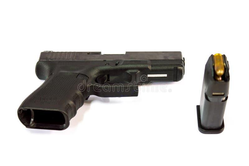 Isolado a arma e do compartimento e da bala da arma fotos de stock