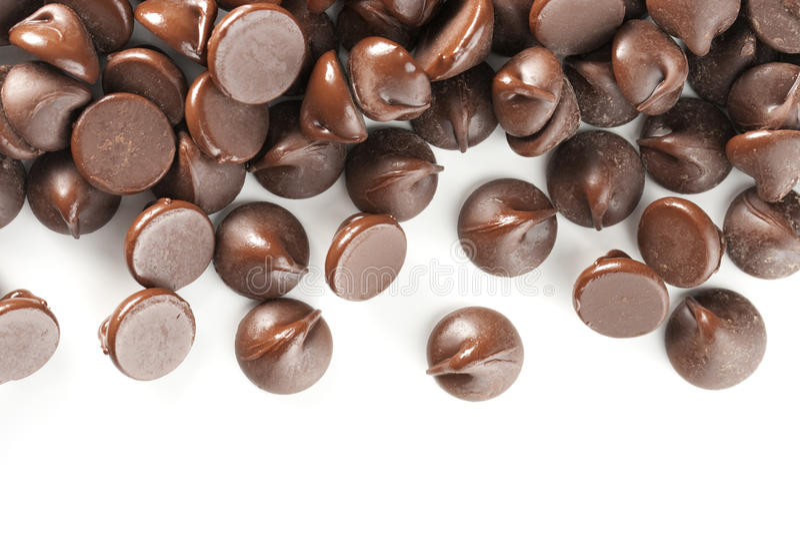 Isolado das microplaquetas de chocolate na beira branca imagem de stock royalty free