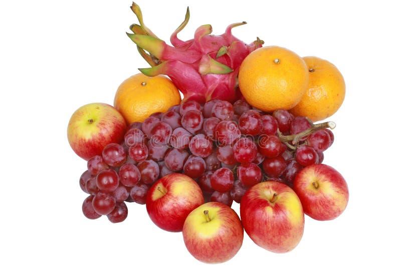 Isolado de frutos misturados como uvas sem sementes vermelhas, laranja, maçã, Dr. foto de stock royalty free