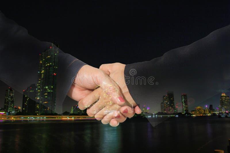 Isolado do aperto de mão da mulher de negócios da exposição dobro no branco com trajeto de grampeamento foto de stock royalty free