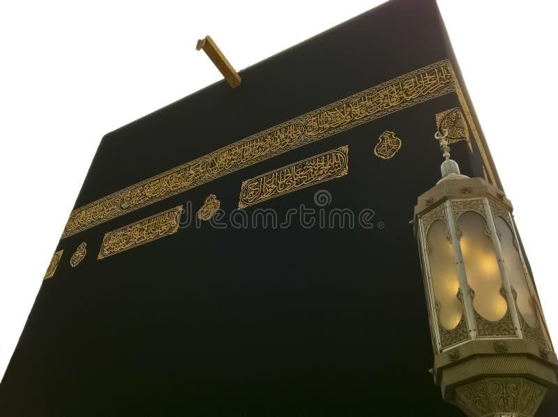 Isolado e próximo acima de Kaabah. Muçulmanos todos em todo o mundo fá fotos de stock