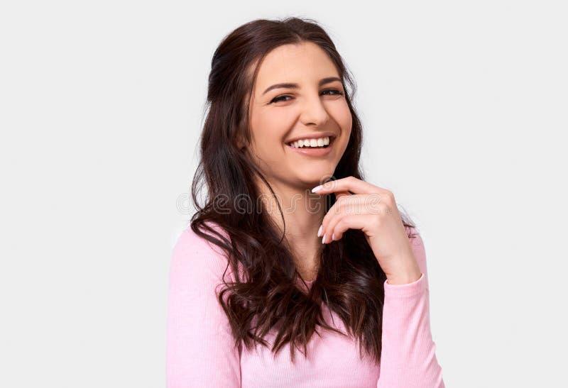 Isolado perto acima da imagem do estúdio da jovem mulher feliz, sorrir amplamente, veste a blusa longa cor-de-rosa da luva fotos de stock royalty free